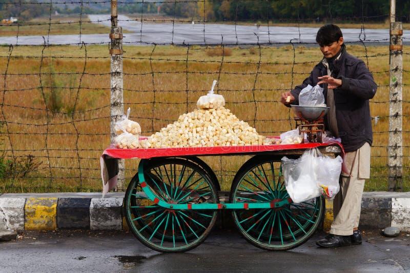 Homem não identificado que vende o cana-de-açúcar no mercado, Paquistão foto de stock royalty free