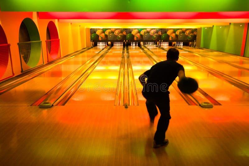 Homem na aléia de bowling imagens de stock