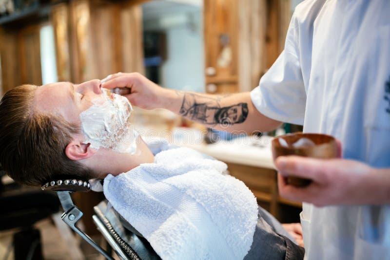 Homem na barbearia fotografia de stock