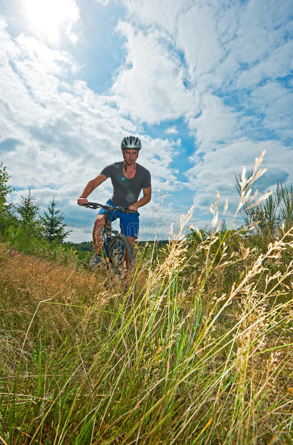Homem na bicicleta foto de stock royalty free