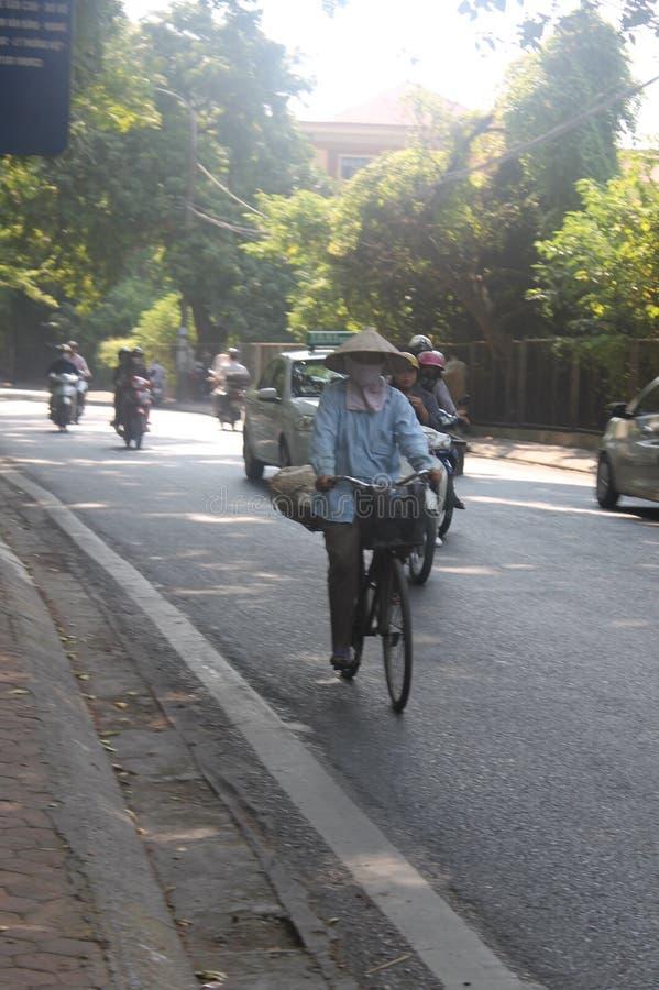 Homem na bicicleta foto de stock