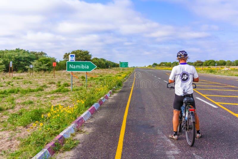 Homem na bicicleta em África imagem de stock royalty free