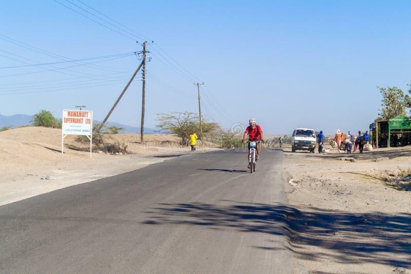 Homem na bicicleta em Kenya foto de stock