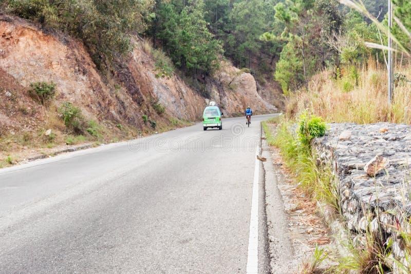 Homem na bicicleta nas montanhas da Guatemala imagens de stock