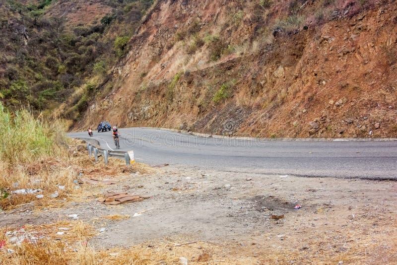 Homem na bicicleta que viaja através das montanhas na Guatemala foto de stock