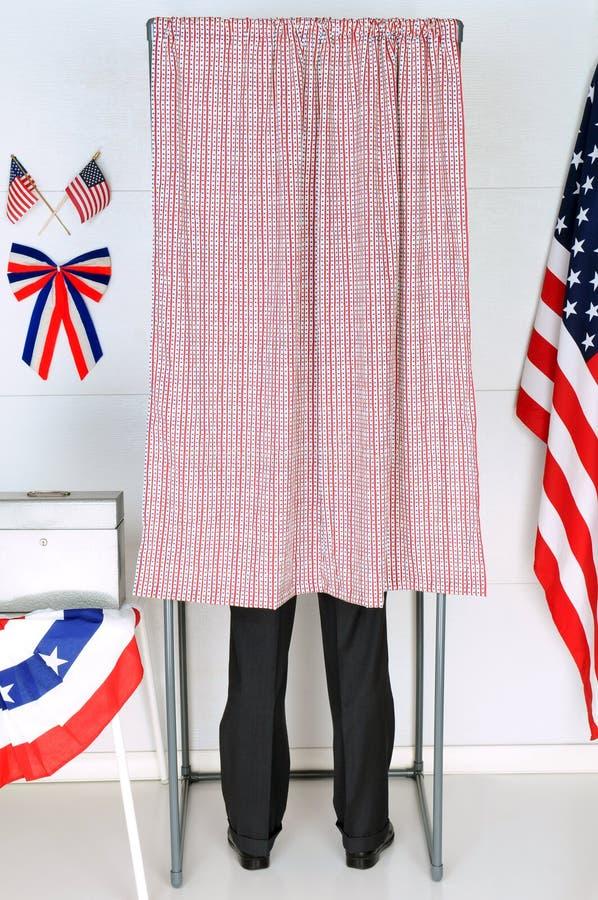 Homem na cabine de votação imagens de stock