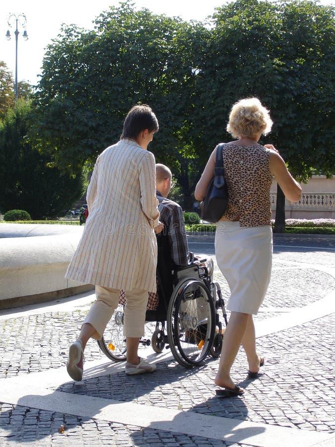 Homem na cadeira de roda foto de stock