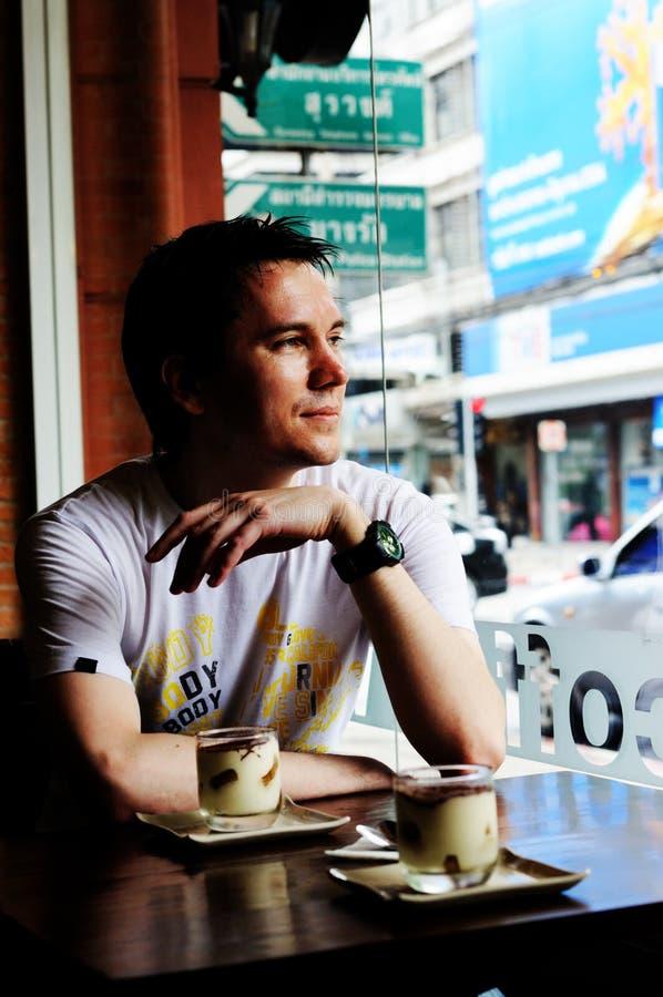 Homem na cafetaria. imagem de stock