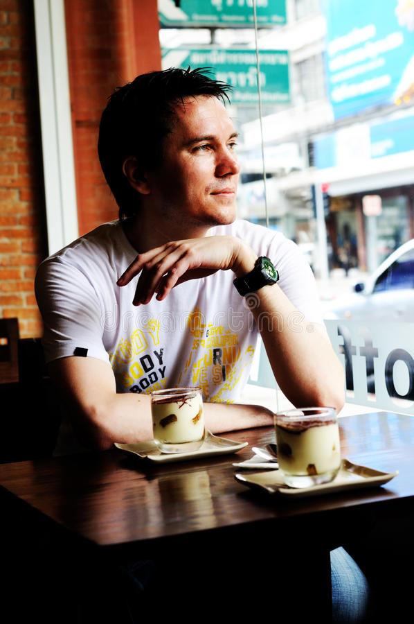 Homem na cafetaria. imagens de stock royalty free
