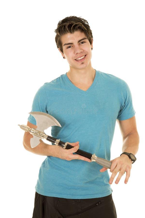 Homem na camisa azul com o machado nas mãos fotografia de stock
