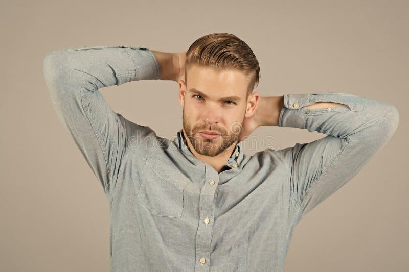 Homem na camisa elegante azul Homem com cara farpada e corte de cabelo à moda Modelo de forma na camisa ocasional Estilo da forma foto de stock royalty free