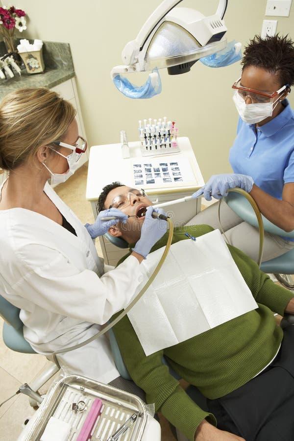 Homem na clínica dental para o controle imagem de stock