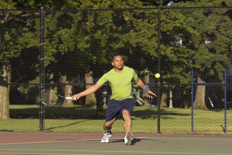 Homem na corte que joga o tênis - horizontal imagens de stock royalty free