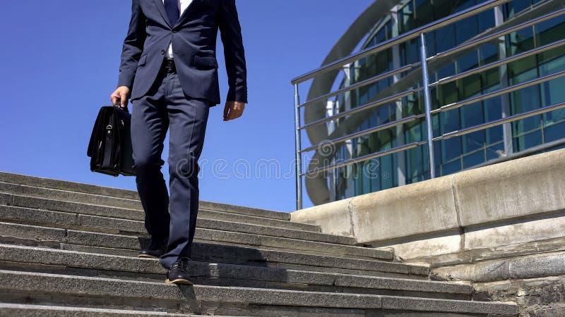 Homem na dor nas costas de sentimento do terno, estilo de vida sedentariamente, herniation espinal do disco foto de stock