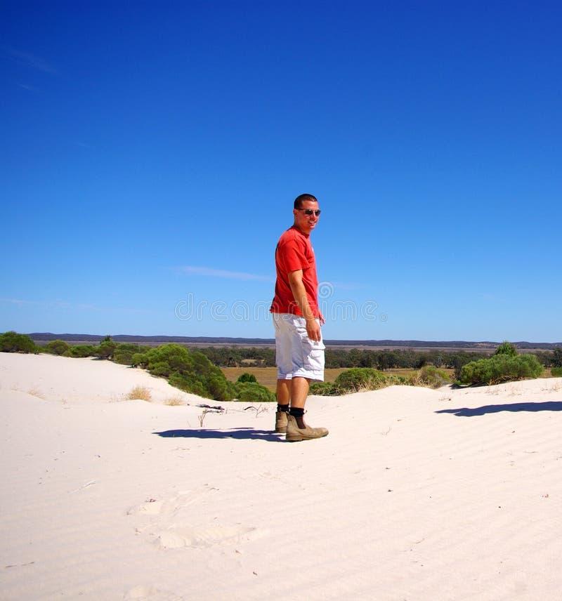 Homem na duna de areia do Snowdrift foto de stock