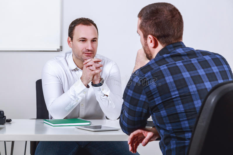 Homem na entrevista de trabalho imagem de stock