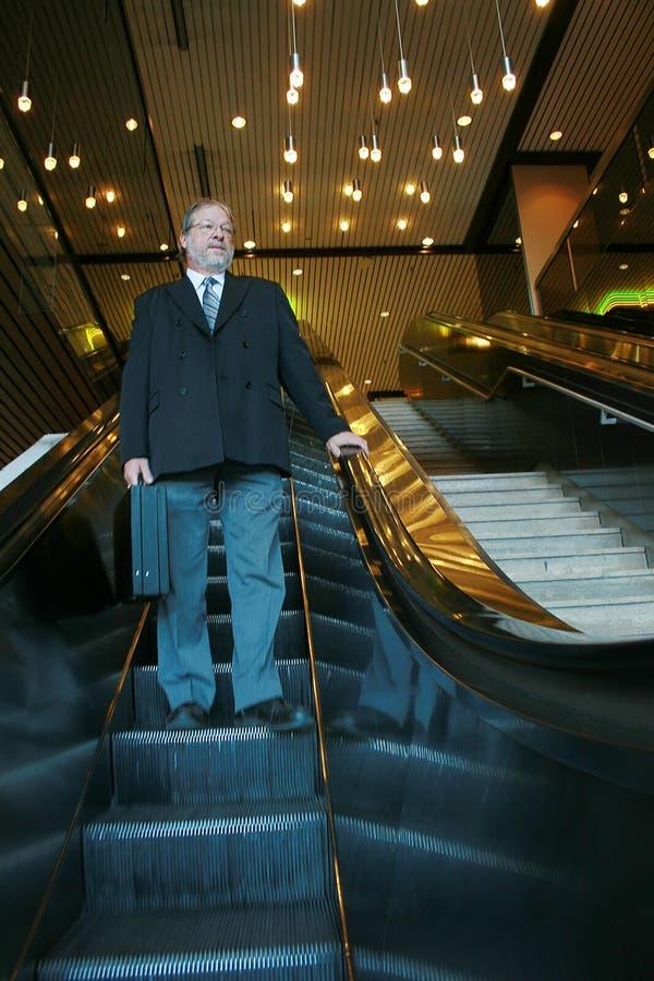 Homem na escada rolante fotos de stock royalty free