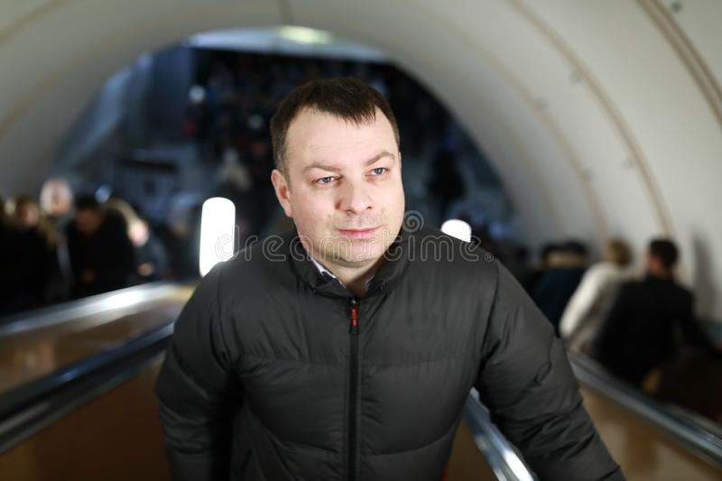 Homem na escada rolante no metro foto de stock