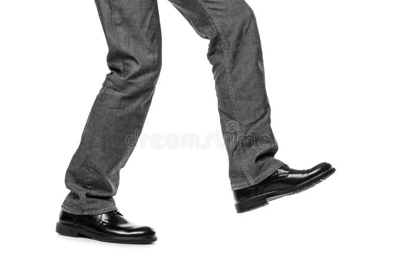 Homem na etapa de passeio das sapatas fotos de stock royalty free