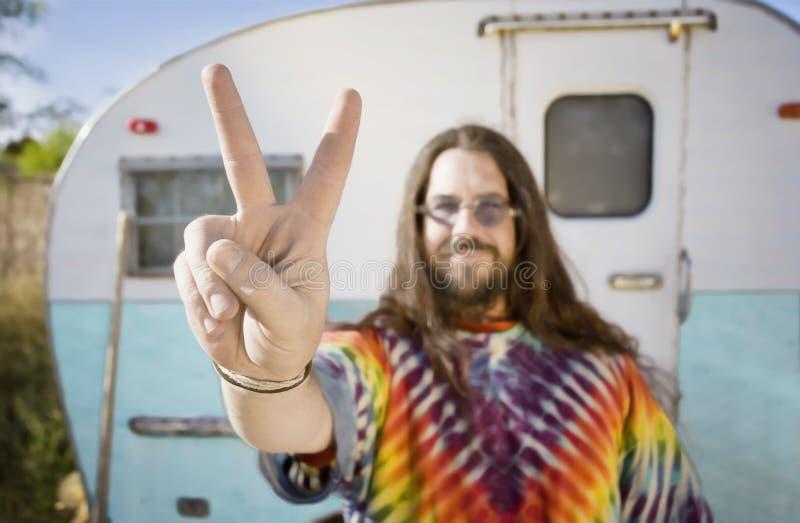 Homem na frente de um reboque que faz um sinal de paz fotos de stock