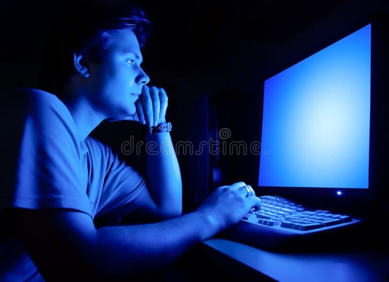 Homem na frente do ecrã de computador fotos de stock royalty free