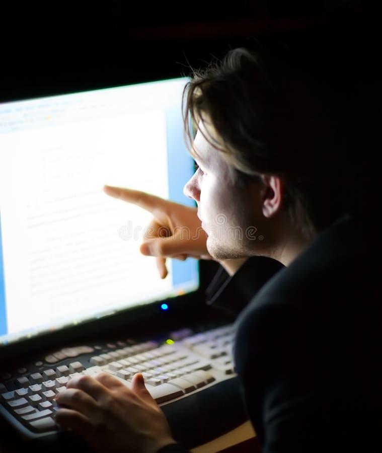Homem na frente do ecrã de computador fotografia de stock