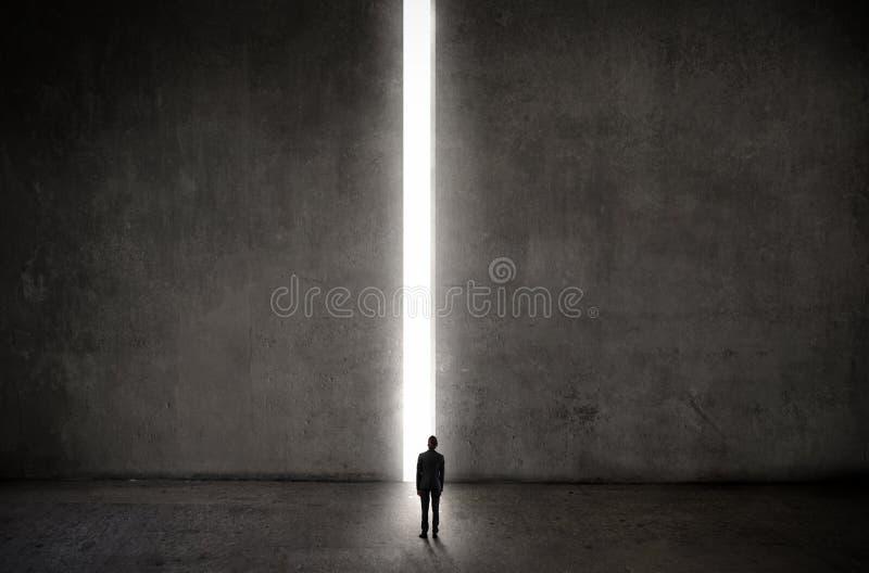 Homem na frente do iluminado acima da maneira fotos de stock royalty free