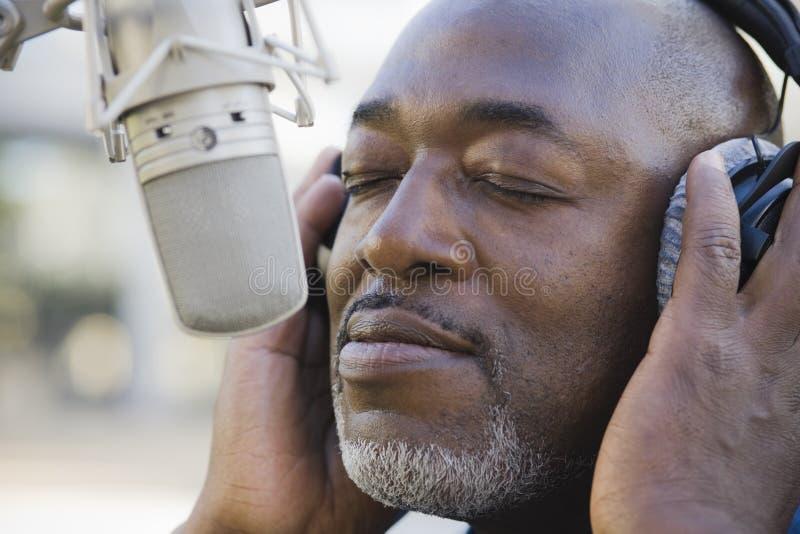 Homem na frente do microfone fotografia de stock