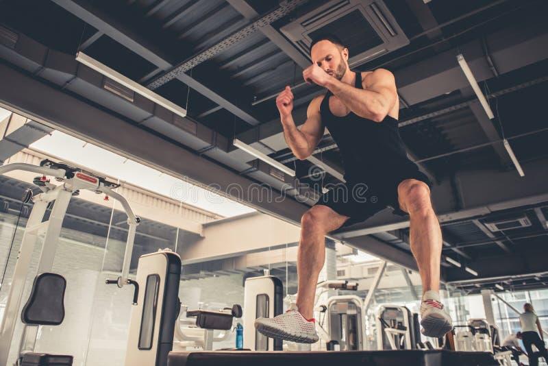 Homem na ginástica imagem de stock