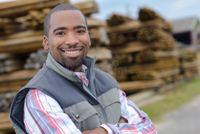 Homem na jarda do log foto de stock royalty free