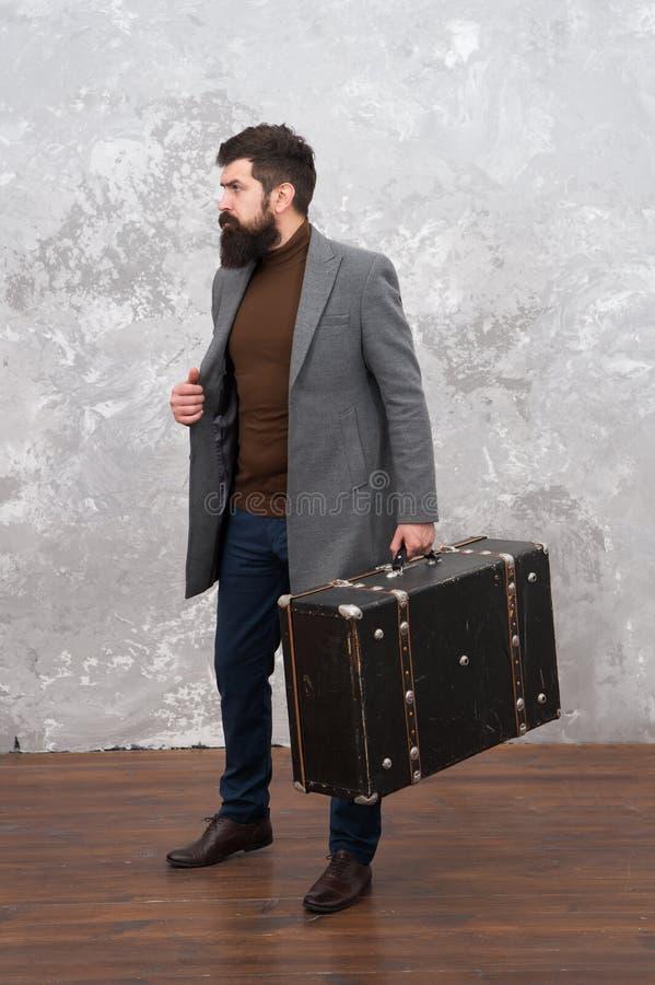 Homem na moda com mala de viagem do curso Bagage da viagem do vintage Vida moderna Modelo de forma masculino Homem de negócios ma imagem de stock