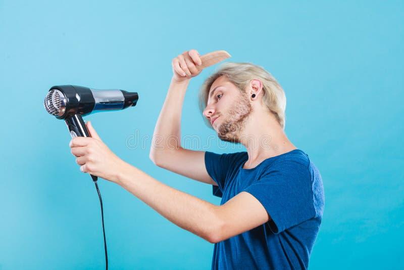 Homem na moda com secador de cabelo foto de stock