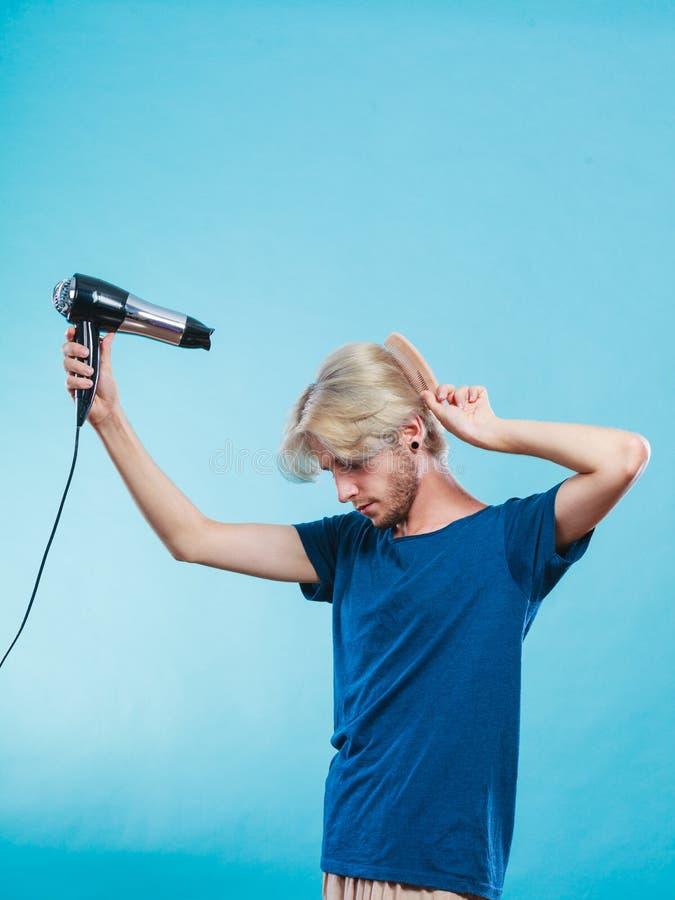 Homem na moda com secador de cabelo imagem de stock royalty free