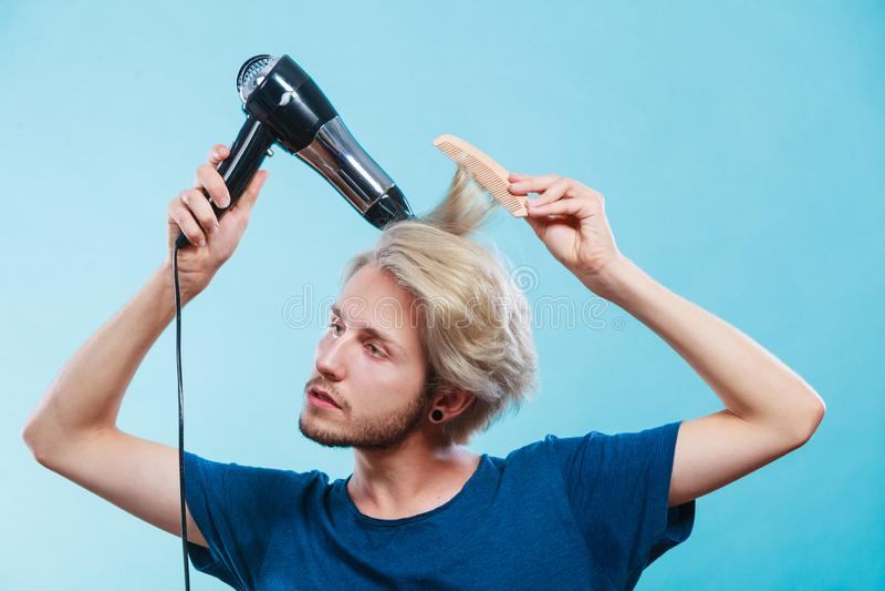 Homem na moda com secador de cabelo imagem de stock