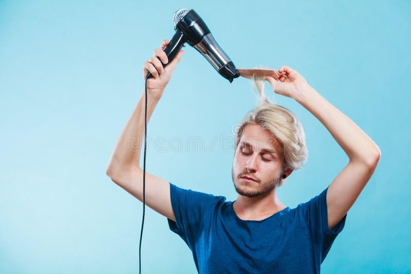Homem na moda com secador de cabelo fotos de stock royalty free