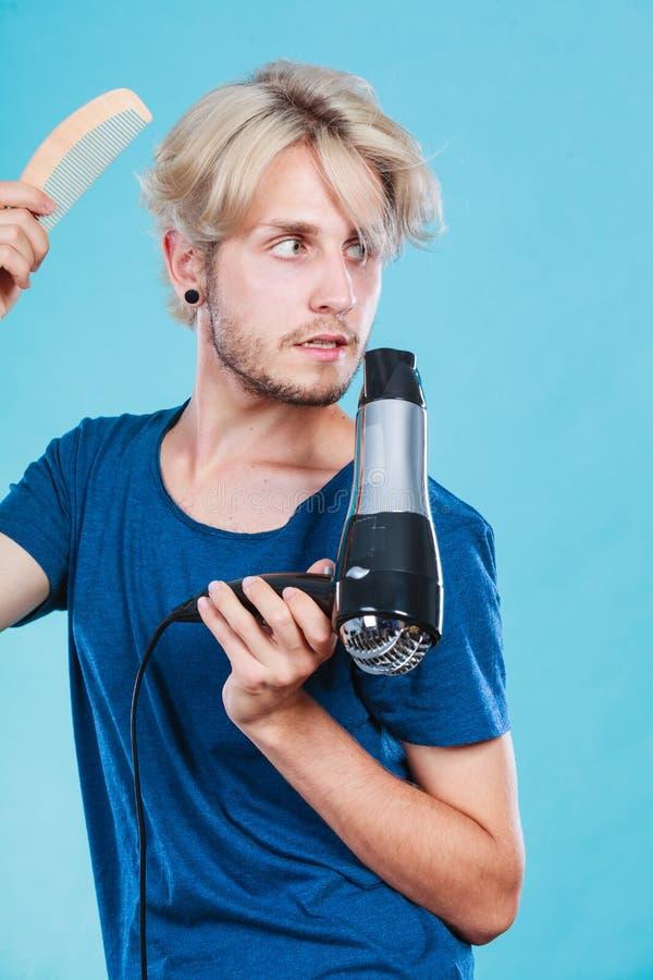 Homem na moda com secador de cabelo fotos de stock