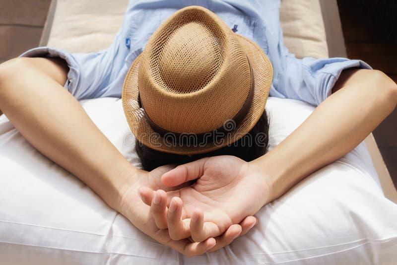 Homem na moda do moderno que relaxa no sofá fotos de stock
