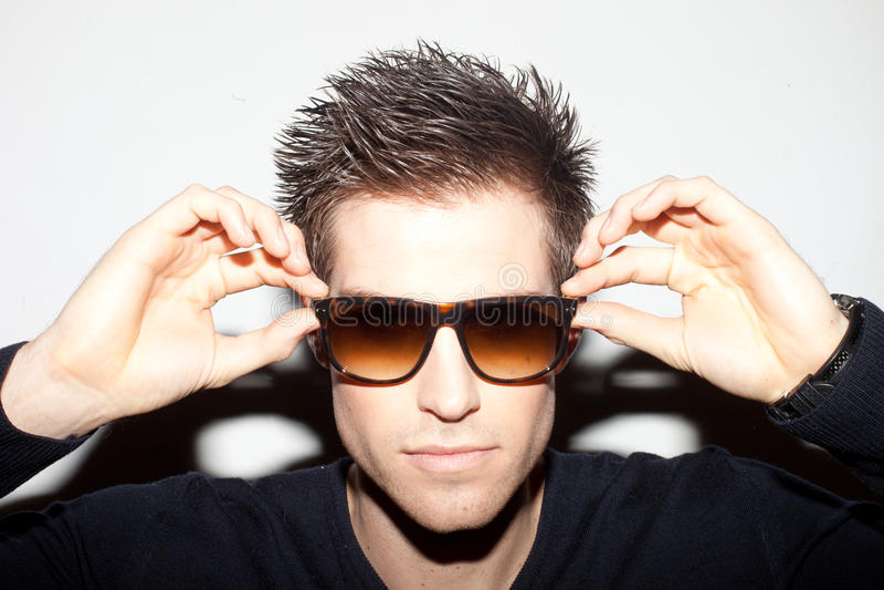 Homem na moda nos óculos de sol fotos de stock royalty free
