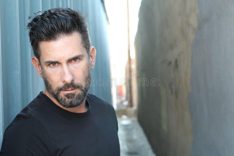 Homem na moda 'sexy' com uma barba com espaço da cópia imagem de stock royalty free
