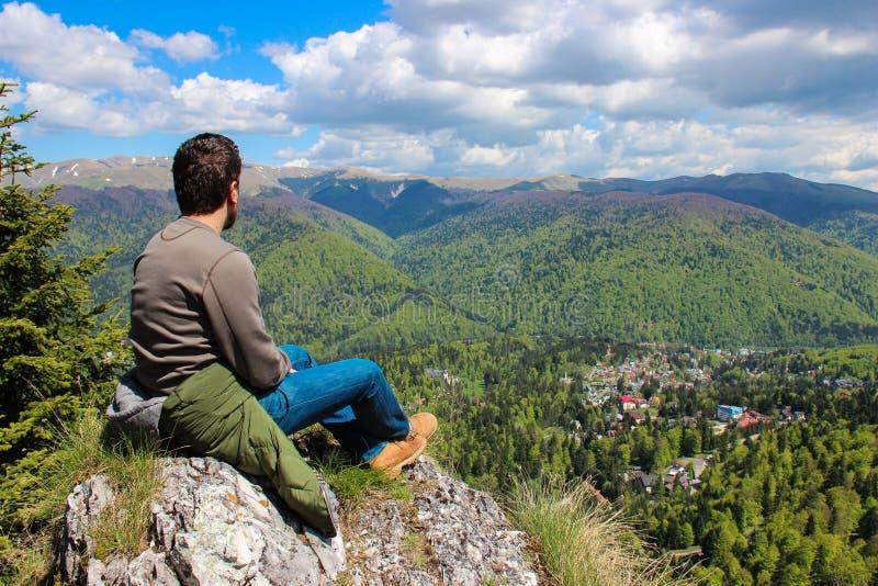 Homem na parte superior da montanha imagens de stock royalty free