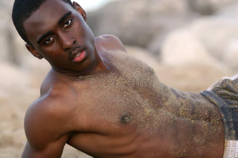 Homem na praia fotos de stock royalty free