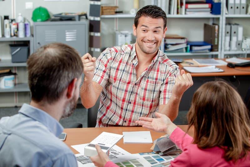 Homem na reunião com os pares que fazem o sucesso do gesto fotos de stock royalty free