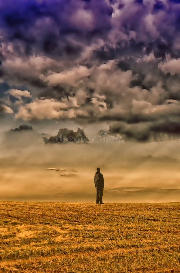 Homem na roupa preta que está no horizonte sob a nuvem do datk imagens de stock