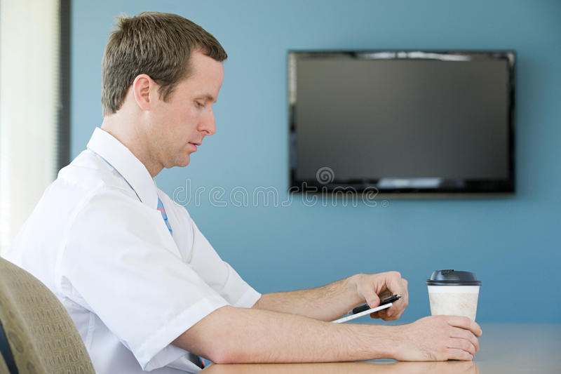 Homem na sala de reunião foto de stock royalty free