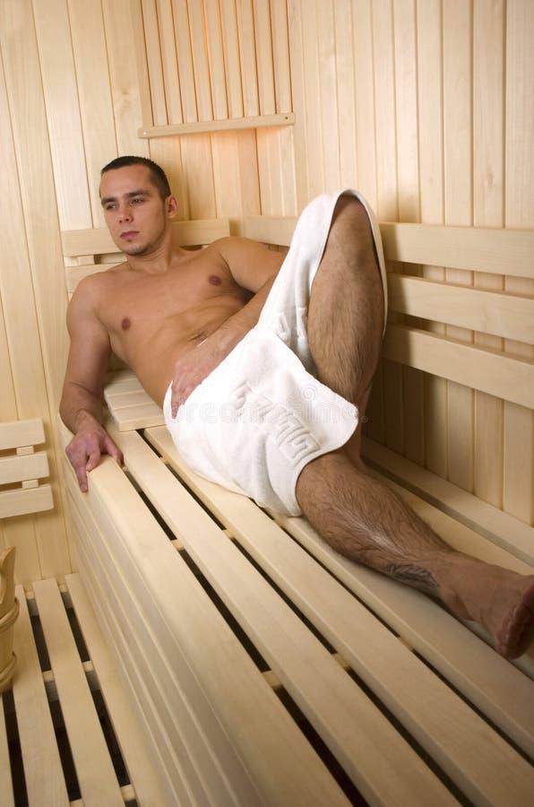 Homem na sauna foto de stock royalty free