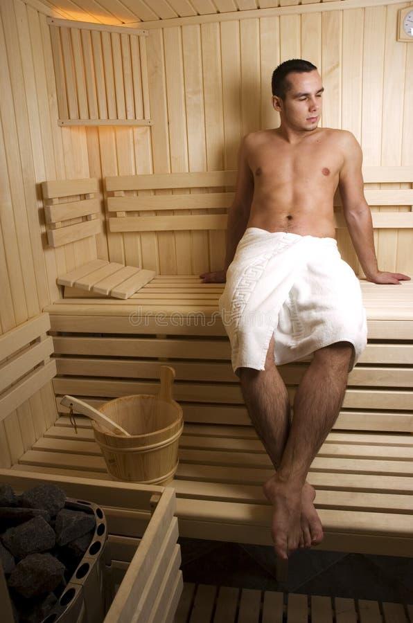 Homem na sauna fotos de stock royalty free