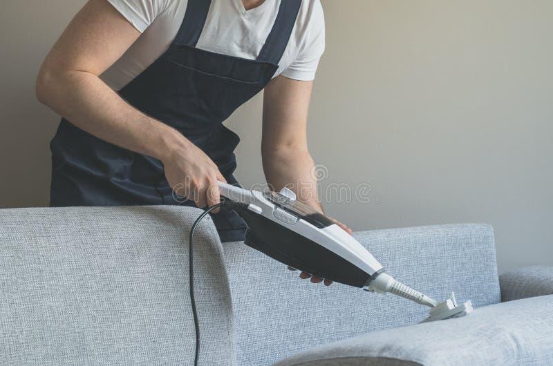 Homem na tela uniforme da limpeza fotos de stock