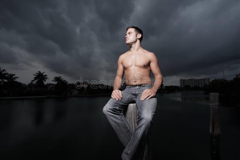 Homem na tempestade fotos de stock