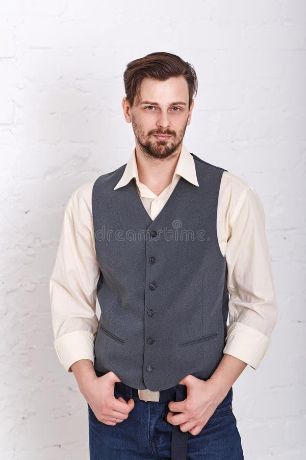 Homem na veste e nas calças de brim fotos de stock