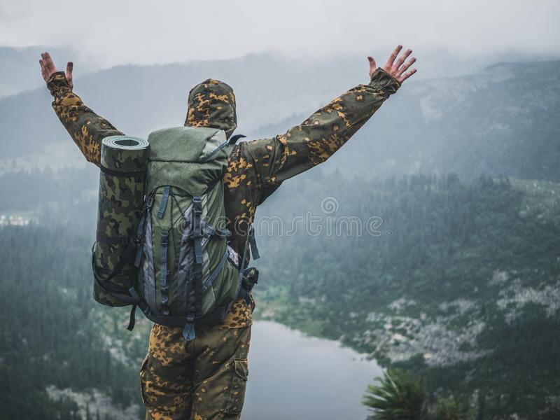 Homem nas montanhas imagem de stock royalty free